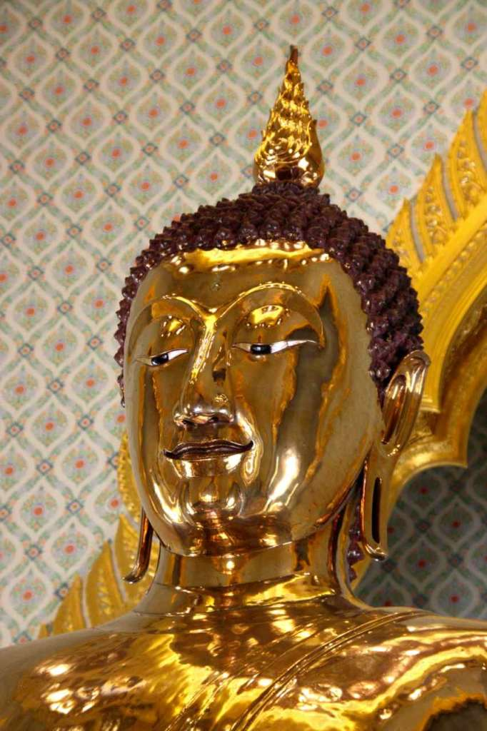 Primer plano de la estatua de oro macizo, El Buda de Oro, en el Templo del Buda de Oro o Wat Traimit en Bangkok, Tailandia.