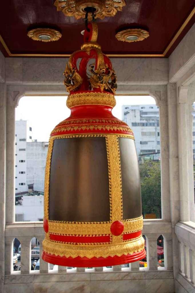 Campana decorada en el templo del buda de oro o Wat Traimit en Bangkok, Tailandia.