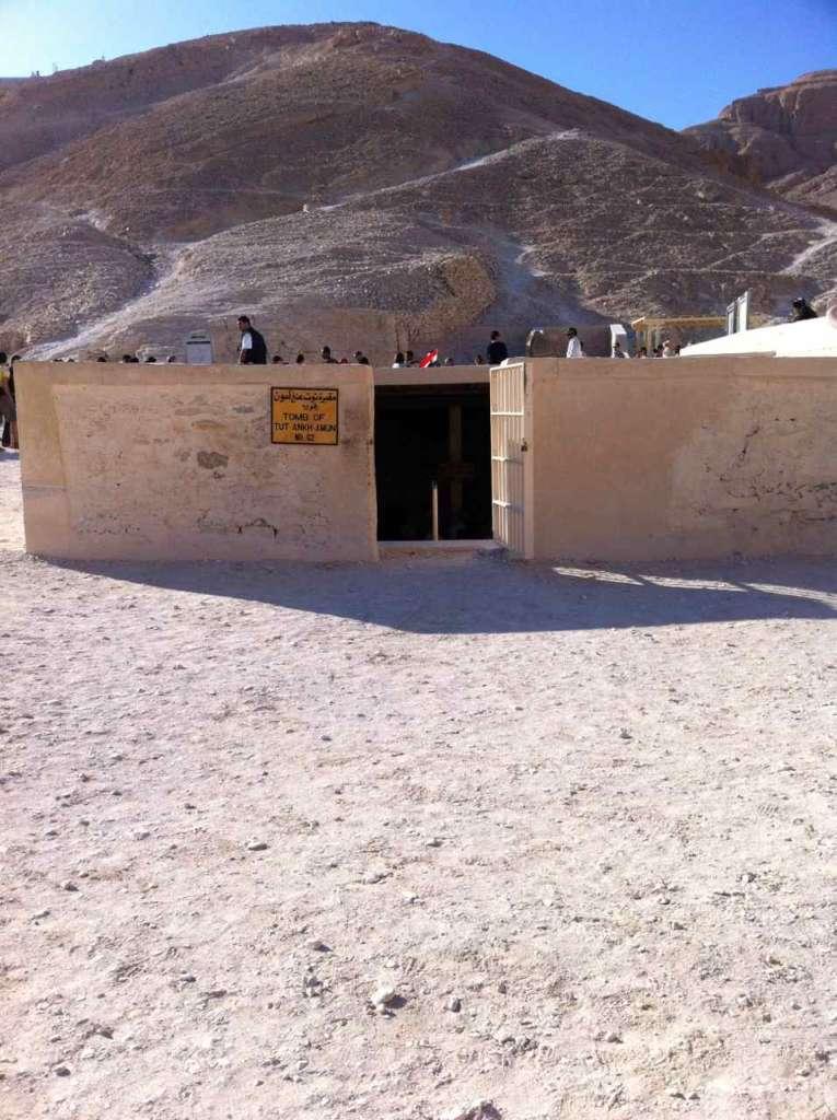 Entrada tumba. El Valle de los Reyes en Luxor, antigua Tebas (Egipto)