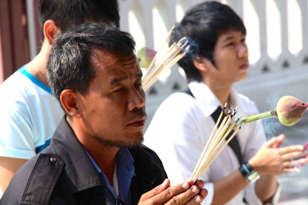 Fieles rezando en el templo del Buda de Oro, Wat Traimit, en Bangkok, Tailandia.