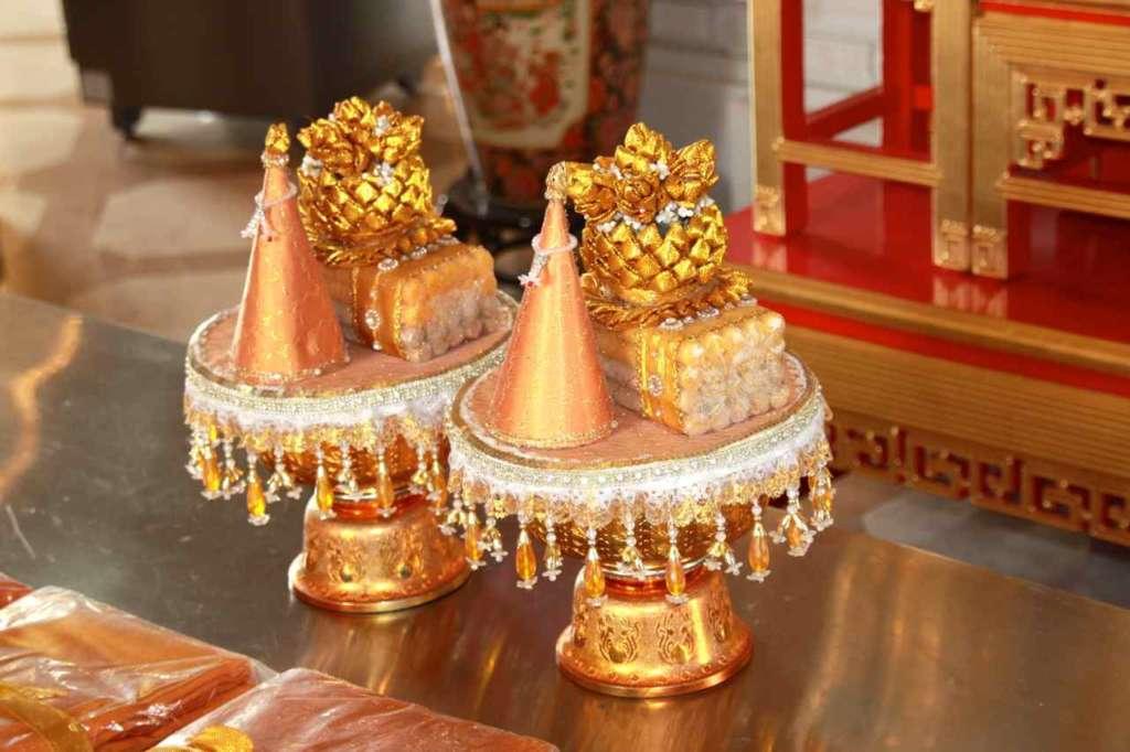 Ofrendas en el templo del buda de oro, Wat Traimit, en Bangkok, Tailandia.