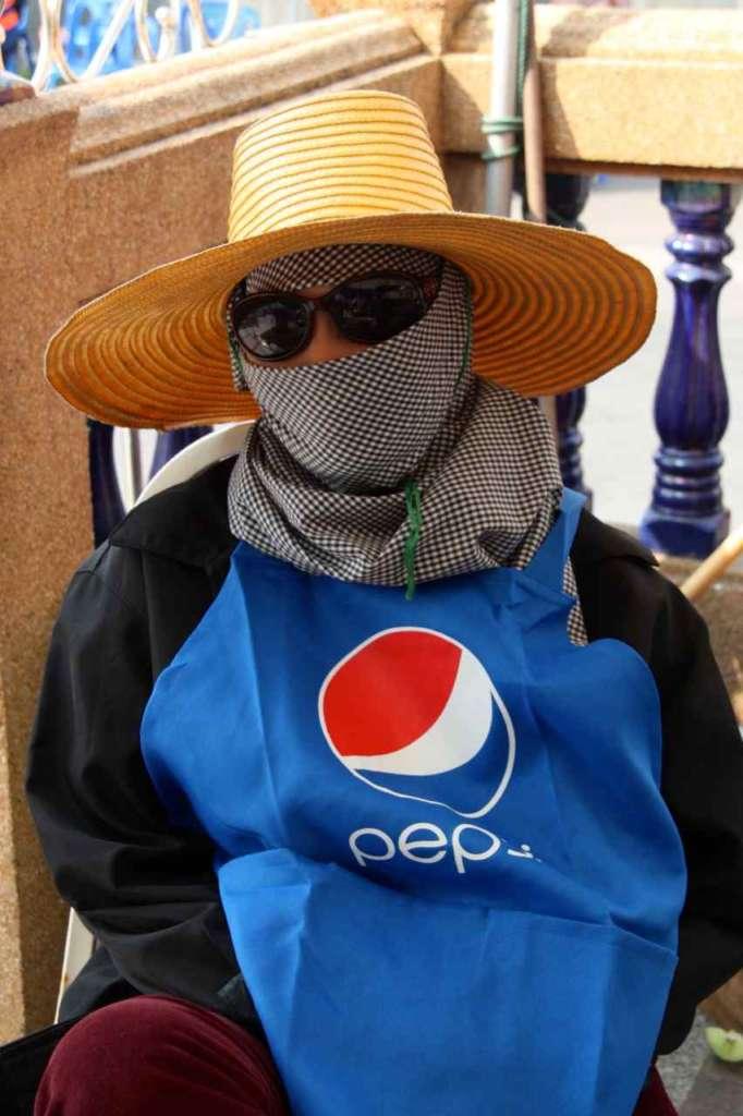 Pepsi Woman en el templo del Buda de Oro, Wat Traimit, en Bangkok, Tailandia.