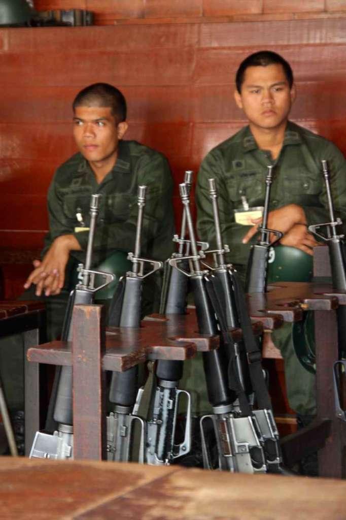 Soldados con fusiles a la entrada del Gran Palacio Real de Bangkok