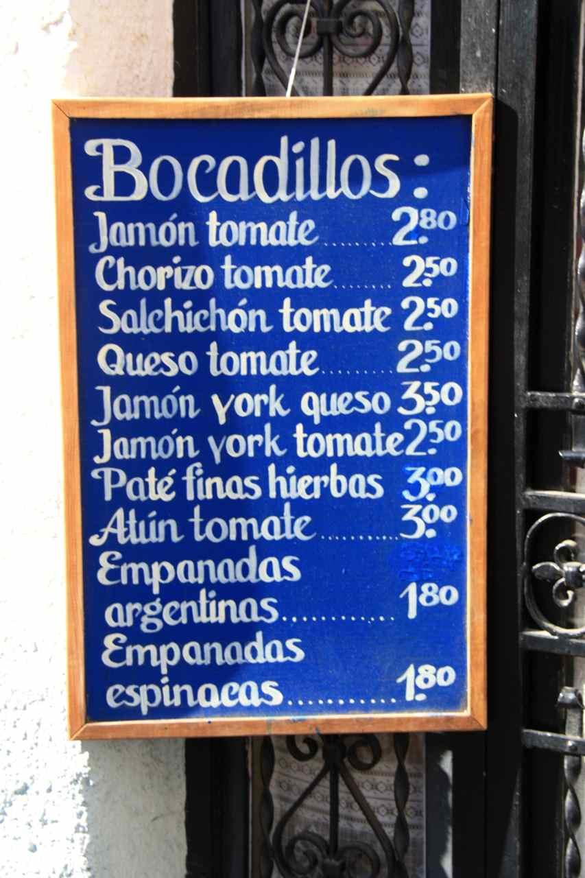 Cartel con precios de bar. Albaicín en Granada (Andalucía, España)