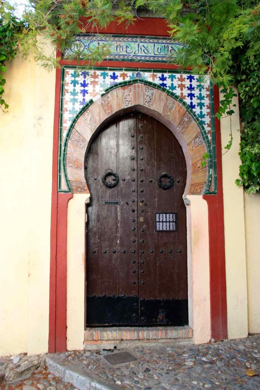 Paseando por el barrio del Albaicín en Granada.