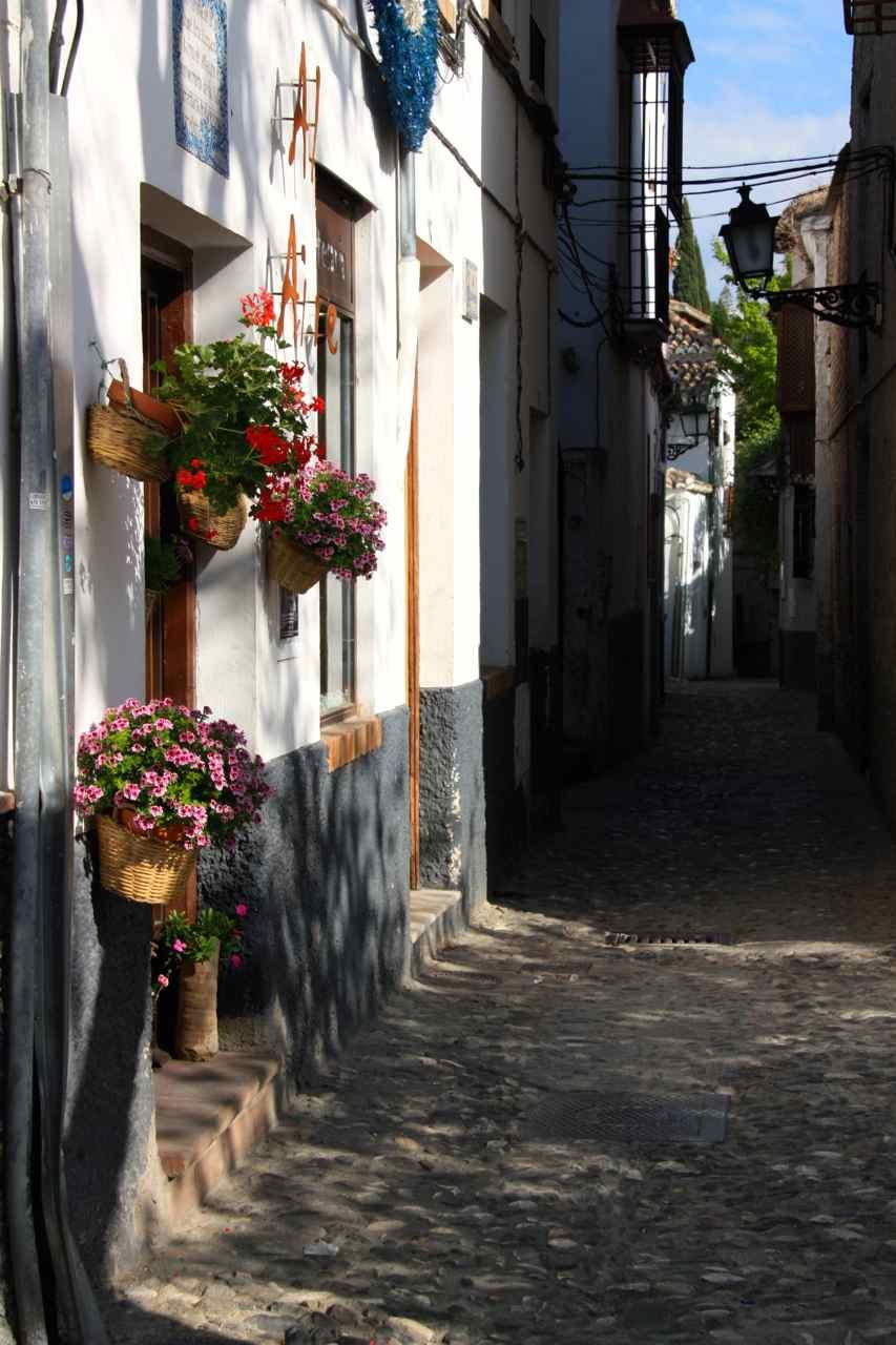 Calles, callejuelas y flores. Albaicín en Granada (Andalucía, España)