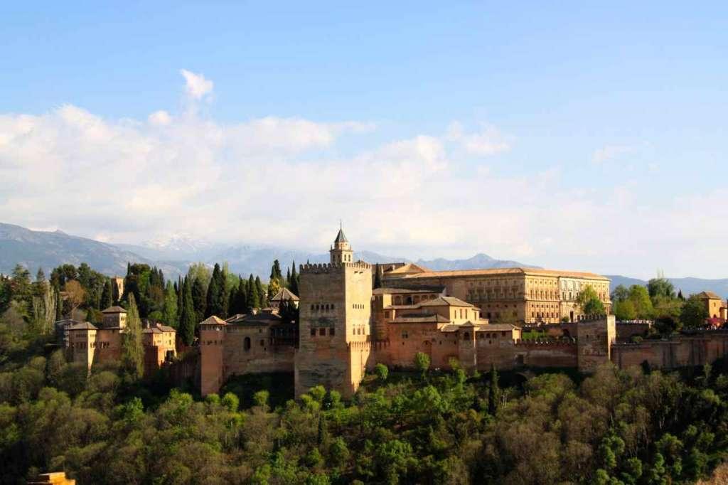 Mirador de San Nicolás en el Albaicín con la Alhambra de Granada, Sierra Nevada y la vera de Granada al fondo.