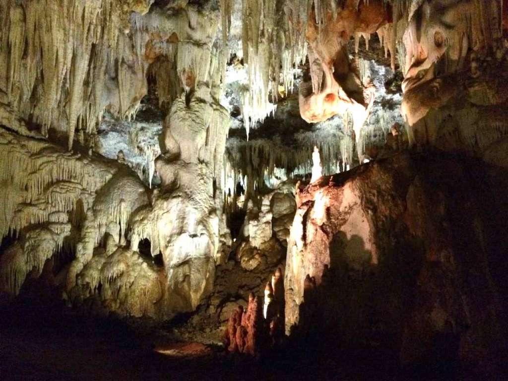 Las Cuevas o Grutas del Águila en Ramacastañas (Ávila).
