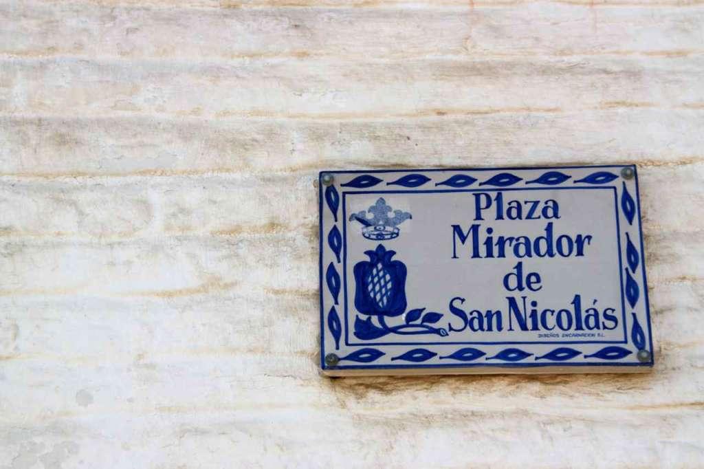 Letrero de la Plaza Mirador de San Nicolás en el Albaicín, Granada.