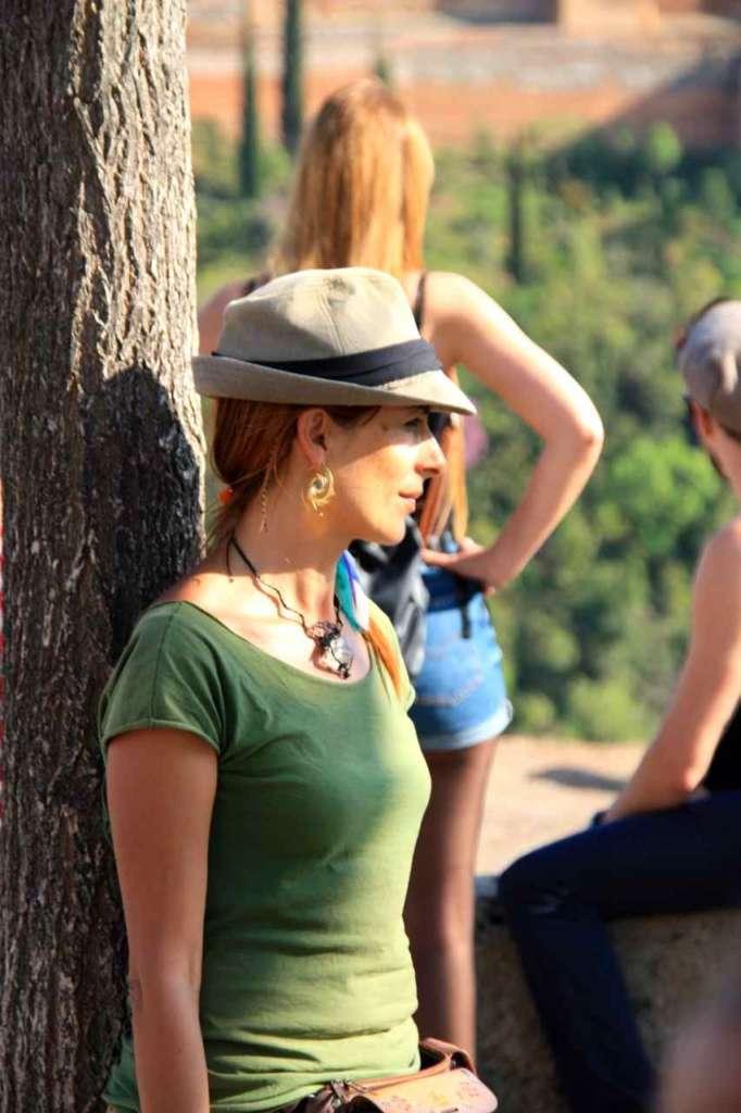 Mujer de perfil en el Mirador de San Nicolás, Albaicín, Granada.