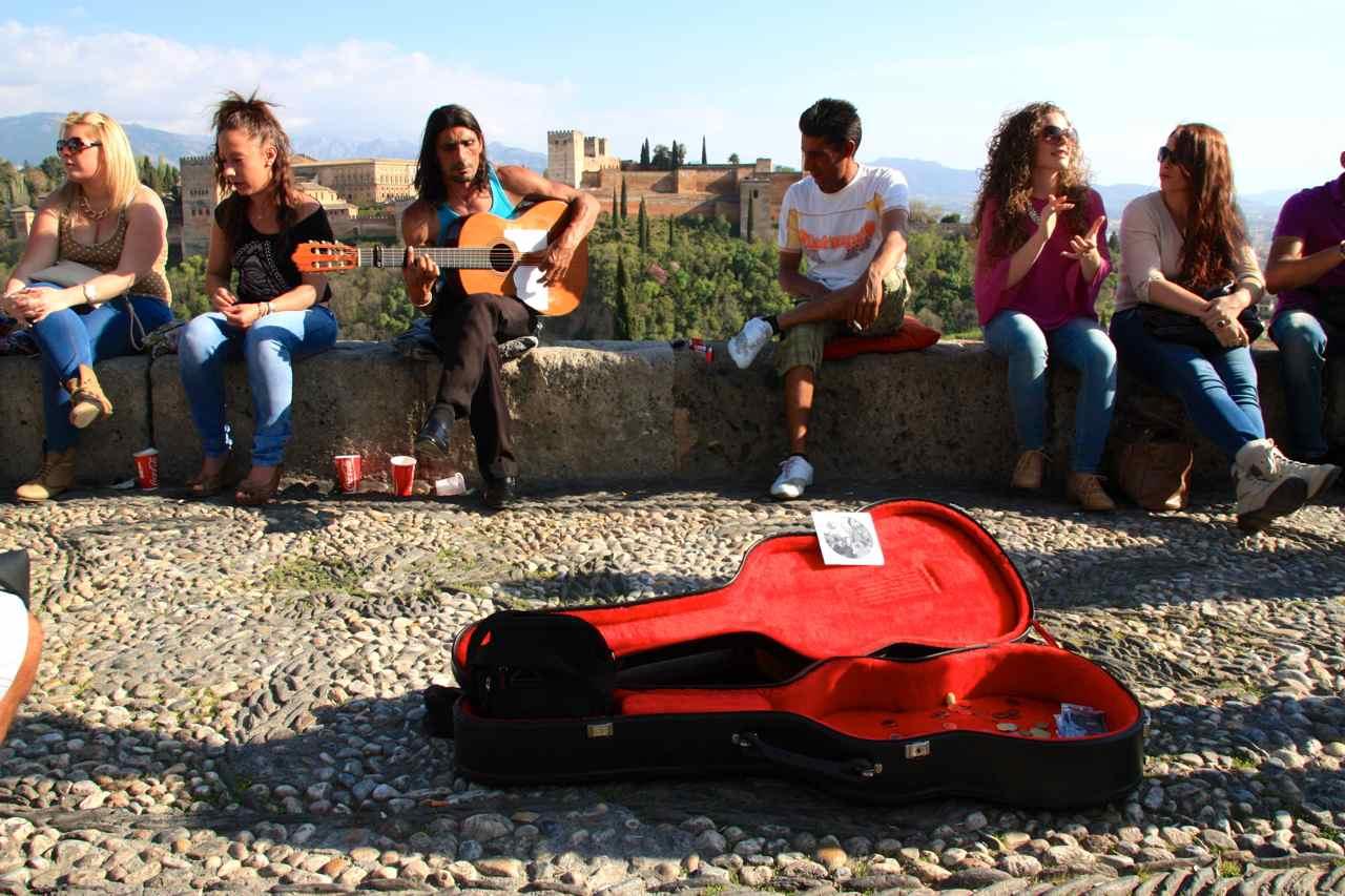 Cantaor flamenco y turistas en el Mirador de San Nicolás, Albaicín, Granada.