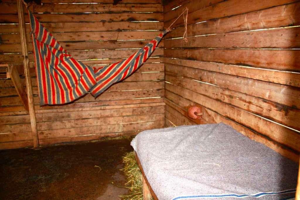 Habitación donde duermen cuidador y elefante. Orfanato de Elefantes de David Sheldrick en Nairobi (Kenia)