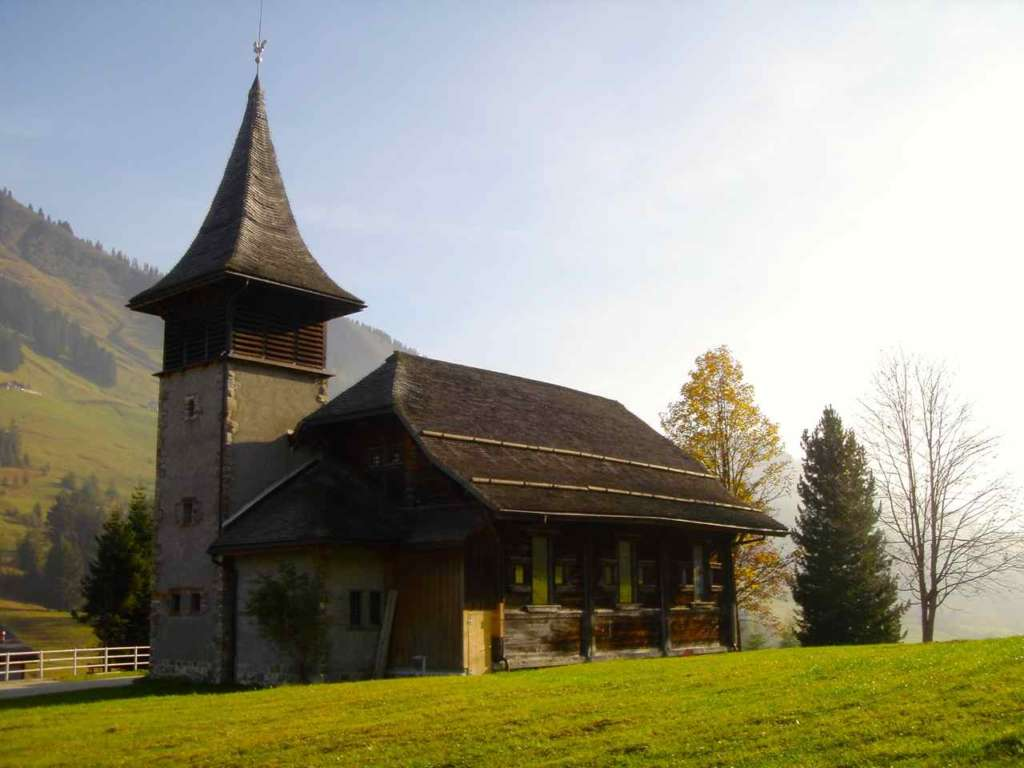 Iglesia cerca del Lago Ginebra o Lago Lemán en Suiza. 10 curiosidades sobre Suiza.