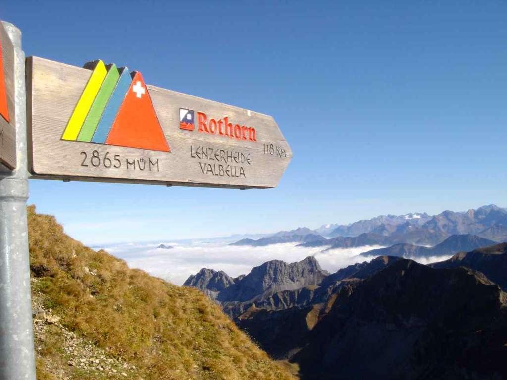 Cartel en los Alpes suizos. 10 curiosidades sobre Suiza.