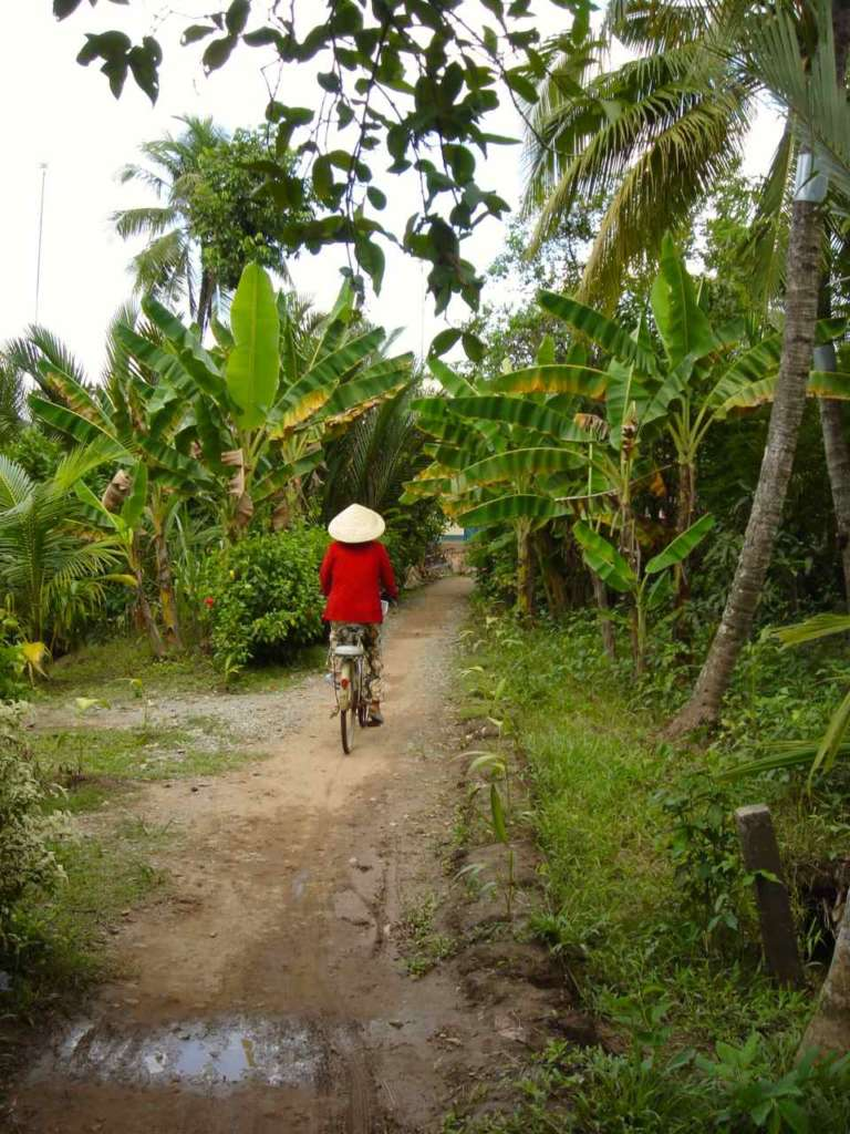 Vietnamita en bici con su Non La. 10 curiosidades sobre Vietnam.