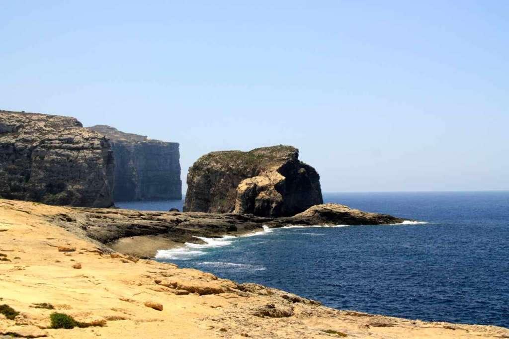 Costa maltesa, cerca de la ventana de Azure, Azure Window, Malta.