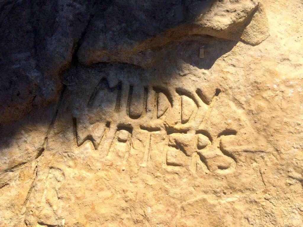 Nombre de Muddy Waters grabajo en la roca. La Piscina de San Pedro (St. Peter's Pool) en Malta.
