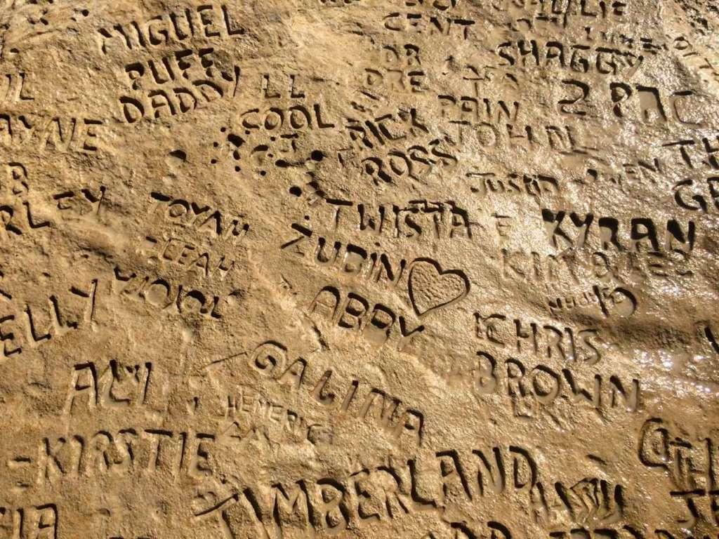 Nombres grabados en la roca. La Piscina de San Pedro (St. Peter's Pool) en Malta.