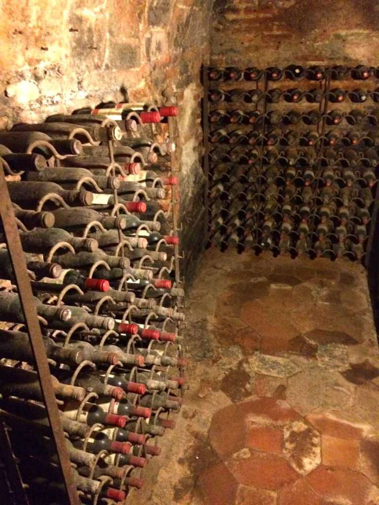 botellas empolvadas de la bodega de Casa Botín