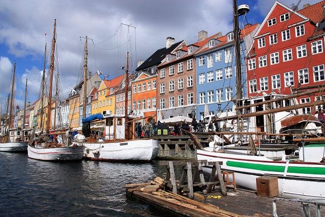 Barcos de madera en el muelle de Nyhavn
