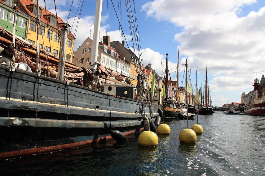El Nyhavn visto desde un barco en el canal
