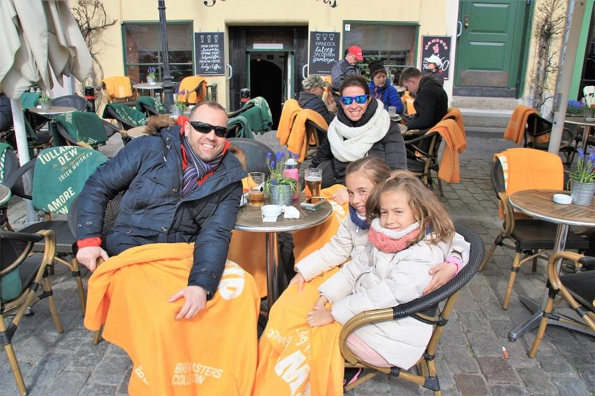 Familia, cervezas y mantas